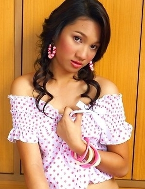 Kwan Nareenut enters the room and she has nothing but hot sex on the mind. She sits down on a wall and she has on a white and pink top