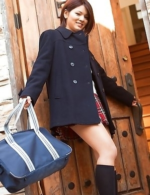 Tsubasa Akimoto in sexy uniform enjoys her way to school