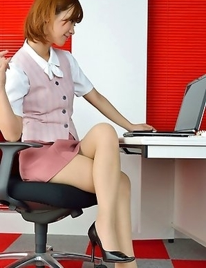 Ichika Nishimura proudly shows sexy legs under short skirt