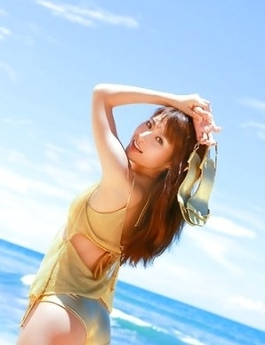 Saki Yamaguchi takes clothes off to feel sun of her skin