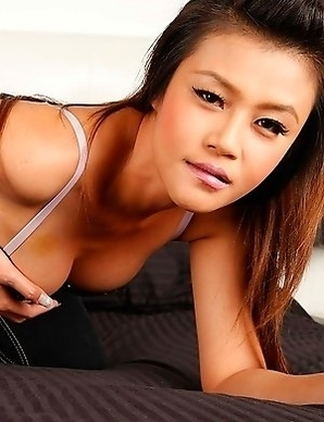 Stunning Thai babe Hannah Lee used her amazing body to please white dude