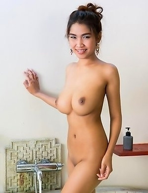 Busty Thai babe Take a bath