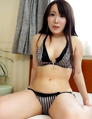 Shizuku Morino exposes herself and gives us an excellent view of her sexy ass while having sex