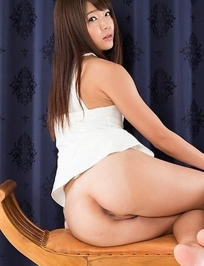 Shino Aoi displaying her ass and showing off her sexy feet in gorgeous heels