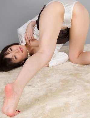 Yuma Miyazaki effortlessly makes him cum with her sexy feet and high heels