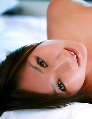 Aikawa Yuzuki spoils huge boobs with sun and colorful bras