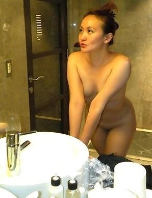 Horny Korean chick flaunts inked naked body