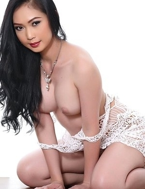 Hot Asian brunette Lin Si Yee get naked