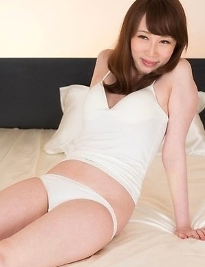 Aya Kisaki gets her trimmed pussy finger-blasted real hard on a bed