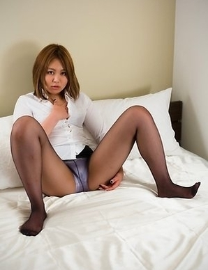 Pantyhose-wearing beauty Ayano Hidaka shows off her masturbation skills here