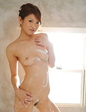 Runa Sesaki takes a bath for cam