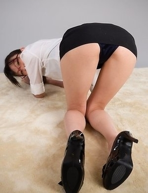 Heels-wearing ponytailed beauty Ayaka Mikami shows that hole on camera