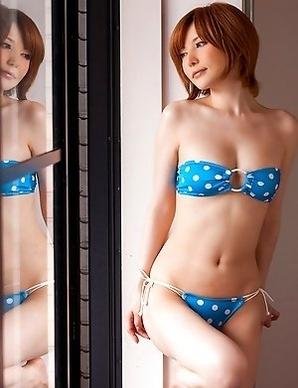 Yuria Satomi spreads legs and shows slit in bikini in bed