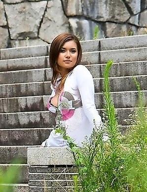 avidol Maria Ozawa posing outdoor
